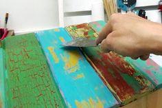 Seguí el paso a paso de esta técnica para lograr un efecto desgastado espectacular Distressed Wood Furniture, Hand Painted Furniture, Paint Furniture, Furniture Makeover, Distressing Wood, Palette Deco, Pallet Art, How To Distress Wood, Painting On Wood