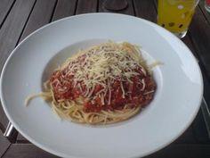 Das perfekte Spaghetti Bolognese-Rezept mit Bild und einfacher Schritt-für-Schritt-Anleitung: Vorbereitung: Möhre und Sellerie putzen. Zwiebel und…