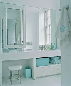 banheiro azul - moldura sobre o espelho www.achadosdedecoracao.blogspot.com.br