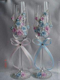 Bride And Groom Glasses, Wedding Wine Glasses, Diy Wine Glasses, Decorated Wine Glasses, Wedding Champagne Flutes, Painted Wine Glasses, Champagne Glasses, Wine Glass Crafts, Wine Bottle Crafts