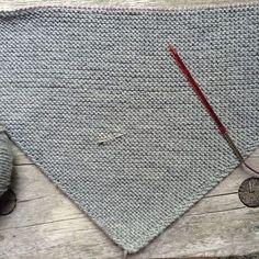 Baby Knitting Patterns Poncho Triangular cloth traditional cloth like DreiTracht instructions Baby Knitting Patterns, Crochet Poncho Patterns, Baby Patterns, Knit Crochet, Baby Bloomers Pattern, Outlander Knitting, Diy Scarf, Knitting For Beginners, Knitting Socks