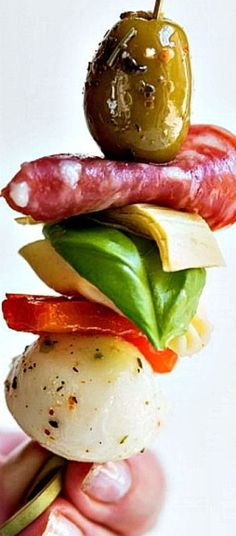 Antipasto Skewers ❊ Need great party appetizers? These antipasto skewers are a quick easy appetizer recipe sure to wow your guests! Get the details at The Sweetest Occasion Antipasto Skewers, Skewer Appetizers, Appetisers, Appetizers For Party, Kabobs, Quick And Easy Appetizers, Easy Appetizer Recipes, Tapas, Snacks Für Party