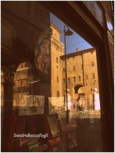 Il castello riflesso in una vetrina