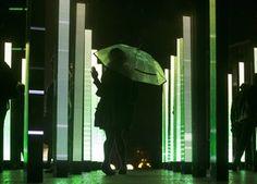 Visitantes exploram a base da Tour Montparnasse, no centro de Paris. A mostra é uma colaboração da United Visual Artists com a banda Massive Attack e faz parte da Nuit Blanche - um evento parisiense em que diversas atrações culturais funcionam na cidade ao longo de toda uma noite (Foto: EFE) - http://epoca.globo.com/tempo/fotos/2014/10/fotos-do-dia-04-de-outubro-de-2014.html