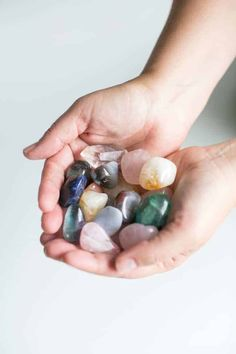 Crystal Healing 5 Crystals to Start Your Journey (Hello Glow) Homemade Body Wash, Face Scrub Homemade, Homemade Facials, Vitamin C Pulver, Peeling Maske, Best Essential Oils, Crystal Meanings, Soap Recipes, Crystal Grid