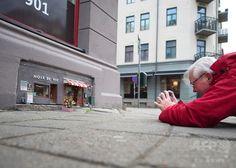 ❤ Mysterious mini art turning heads in Sweden. Street Signs, Street Art, Reisen In Europa, Mini Mouse, Urban Architecture, Fairy Doors, Mini Things, Roadtrip, Fairy Houses