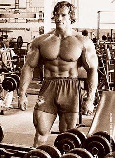 Arnold Schwarzenegger      checking condition at Gold's Venice.