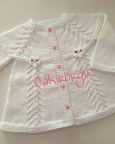 Hayırlı akşamlar🌸🍃🌸🍃🌸 Bu güzel hırkamızda Sevdenur Hanımın siparişlerinden güzel günlerde kullanılsın🌸🍃🌸🍃 Embroidery On Kurtis, Kurti Embroidery Design, Baby Cardigan Knitting Pattern, Baby Knitting Patterns, Crochet For Kids, Crochet Baby, Baby Girl Sweaters, Bebe Baby, Beanie