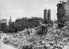 München nach alliierten Luftangriffen Timeline Classics/Timeline Images #Luftangriff #Bombadierung #Destruction #Bombing #Munich #Schutt #Frauenkirche