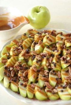Apple nachos: Slice green apples, and squeeze lemon juice over them so they don't brown. Drizzle with caramel sauce, mini chocolate chips and crushed walnuts. *instead of chocolate chips and walnuts, use a chewy granola crumble, and crushed pecans Apple Recipes, Fall Recipes, Snack Recipes, Dessert Recipes, Cooking Recipes, Cheap Recipes, Apple Desserts, Baking Desserts, Dessert Food