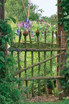 Natürlicher Charme: Ein Holzzaun für den Garten Scrap wood from the tree or shrub is often too good for shredding! If you want to have an individual garden gate or fence element, this can be ea Garden Crafts, Garden Projects, Garden Art, Garden Design, Sun Garden, Garden Drawing, Terrace Garden, Fence Design, Garden Tips