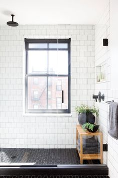 EyeSwoon founder Athena Calderone renovated a Cobble Hill townhouse together with designer Elizabeth Roberts into a wonderful bright forever home. House Inspo, Townhouse Designs, Eyeswoon, House Styles, Athena Calderone, Window In Shower, Pretty House, House Layouts, Townhouse Interior