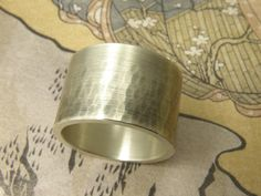 * ringen | oogst-sieraden * Ring * Brede geoxideerde zilveren band, deels met hamerslag * 195 euro *
