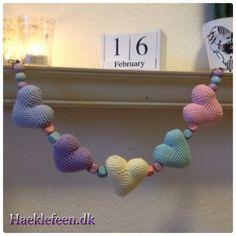 Hæklet barnevognskæde ☺️ Barnevognskæde med små hjerter?????? Link til opskrift hjerter:http://www.topping.dk/blog/download/valentines-dag-hjerte/?wpdmdl=10912...
