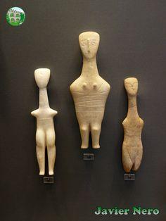"""CICLADICA TEMPRANA I (FASE DE GROTTA-PELOS). 3200-2800 a. C. Figuras antropomórficas. Las figuras se mantienen firmes y solo ocasionalmente en las puntas de los dedos. Las manos toman la forma esquemática de """"alas"""" que recuerdan los prototipos neolíticos. De Naxos M.A.N. Atenas"""