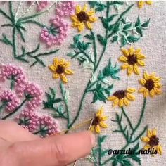 Hand Embroidery Patterns Flowers, Basic Embroidery Stitches, Hand Embroidery Videos, Embroidery Stitches Tutorial, Machine Embroidery Projects, Silk Ribbon Embroidery, Crewel Embroidery, Garden Embroidery, Sewing Crafts