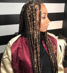 Box braids in braided bun Tied to the front of the head, the braids form a voluminous chignon perfect for an evening look. The glamorous touch: mix plum, caramel and brown locks. Box braids in side hair Placed on the shoulder… Continue Reading → Jumbo Box Braids Styles, Short Box Braids, Blonde Box Braids, Black Girl Braids, Girls Braids, Brown Box Braids, Box Braid Styles, Chunky Box Braids, Ombre Box Braids