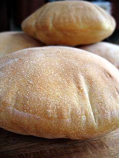 Chleb pita: Mięciutkie, puszyste placuszki chlebowe z kieszonkami do nadziewania w środku
