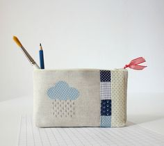 unique linen pencil case pouch c'est la pluie by pillipilli Small Sewing Projects, Sewing Crafts, Zip Pouch Tutorial, Pencil Case Pouch, Freehand Machine Embroidery, Pencil Bags, Quilted Bag, Knitted Bags, Zipper Bags