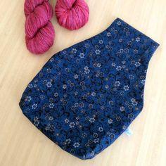 Vous en avez assez de ne pas savoir où mettre votre pelote de laine quand vous tricotez ou crochetez ?  Voici une solution : le sac à projet nomade. Nomade car vous pouvez lutiliser assis(e), debout sans vous soucier de votre pelote qui restera bien rangée dans le sac.  Tricoteuse et crocheteuse moi-même, je ne peux plus me passer du mien ! Fini la pelote qui roule quand on tricote sur le canapé, et ce sac est parfait aussi quand je tricote debout dans ma cuisine. Knitting bag