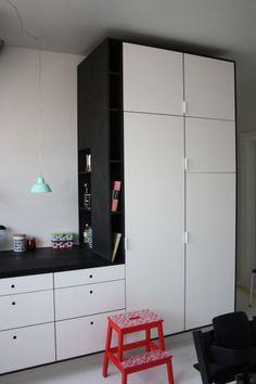 Køkken / sort MDF med hvid laminat. Bordplade i massiv sort eg. #kitchen #indretning #interior #design #snedkeri #handmade #opbevaring #håndlavet #rum4 www.rum4.dk