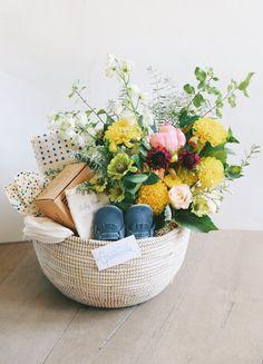 Bonjour baby Elegant Baby Shower Gift ideas DIY with Baby shower flowers Baby Shower Gift Basket, Baby Gift Box, Baby Box, Baby Shower Gifts, New Mom Gift Basket, Spa Basket, Basket Ideas, Cute Gifts, Diy Gifts
