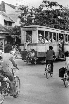[Photos] Early Hanoi on the Brink of Doi Moi - Saigoneer Saigon Vietnam, Vietnam War, Vietnam Image, Foto Picture, Vietnam History, Old Street, City Scene, Indochine, Cambodia