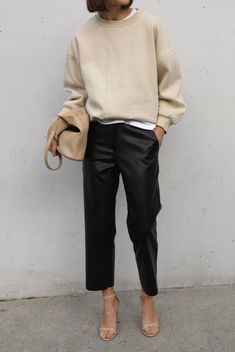 Chic Ways to Wear the Athleisure Trend - Outfitting Ideas- - Trend Mode Für Frauen 2019 Athleisure Trend, Athleisure Outfits, Looks Style, Style Me, Classic Style, Looks Instagram, Style Feminin, Mode Jeans, Straight Leg Pants