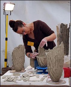 interesting way of building slab pot Art in Action 2008 - Alyson Cook, potter, in actioninteresting way of building slab pot. I could throw a thin walled pot and then use paper clay to alter it similar to this. Perhaps the thrown pot could be bisqued Hand Built Pottery, Slab Pottery, Ceramic Pottery, Pottery Art, Painted Pottery, Paper Clay, Clay Art, Ceramic Techniques, Pottery Techniques