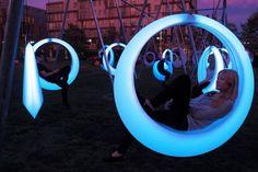 Höweler + Yoon Architecture a créé cet espace interactif composé de 20 balançoires en forme d'anneaux lumineux. L'installation est située au Lawn on D à Boston et sera visible jusqu'au 31 Octobre.  Swing Time est une installation créant un espace public expérimental. Les balançoires sont conçues en trois tailles différentes de sorte que tout le monde peut participer et jouer à titre individuel ou en groupe. L'éclairage à DEL est contrôlé par un micro-contrôleur personnalisé...