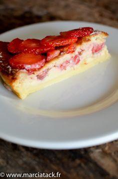Si vous connaissez déjà la recette du gâteau magique, glissez donc quelques fraises dedans, vous serez épatés par le résultat. Pour les autres, foncez ! Parfait Desserts, No Bake Desserts, Graduation Desserts, Thermomix Desserts, Strawberry Cakes, How Sweet Eats, Summer Desserts, Love Food, Cheesecake