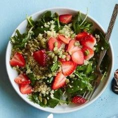 Baby Kale Breakfast Salad with Quinoa & Strawberries Fruit, whole grains and greens for breakfast? Start your day off right with this breakfast salad recipe and you'll knock out half of your daily veggie quota with the first meal of the day. Quinoa Salad Recipes, Vegetarian Recipes, Healthy Recipes, Healthy Salads, Kale Salads, Healthy Breakfasts, Fish Recipes, Healthy Skin, Healthy Foods