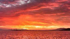 20 Oct. 6:27 朝焼け(sunrise glow)が広がる博多湾です。 ( Cloudy morning  at Hakata bay in Japan )