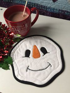 These quilting patterns are all free and are all for mug rugs. What is a mug rug? A fancy name for a small placemat. All of these mug rugs have a Christmas theme and most of them are suitable for … Sewing Hacks, Sewing Crafts, Sewing Tips, Sewing Tutorials, Free Sewing, Christmas Mug Rugs, Quilted Christmas Gifts, Felt Christmas, Christmas Crafts
