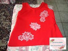 blusa en tela de seda color rojo, pintada a mano con pintura blanca.