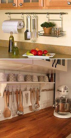 des tringles à rideaux sont installées dans la cuisine pour accrocher des ustensiles