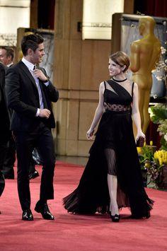 Pin for Later: Diese Oscars-Fotos bringen euch garantiert zum Lachen  Zac Efron und Anna Kendrick flirteten auf dem roten Teppich.