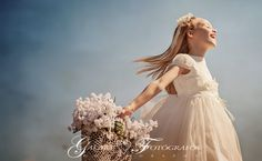 Fotografía de comunión diferente, fotógrafos de comunión en Castellón, fotos de comunión en exteriores, fotografía de comunión en estudio. First Holy Communion, Poses, Family Posing, Flower Girl Dresses, Wedding Dresses, Photography, Fashion, Eucharist, Inspirational Photos