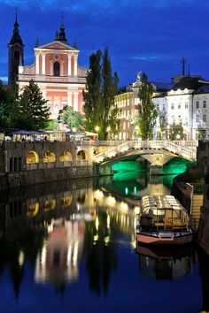 Reflections in the night, Ljubljana, Slovenia. En esta iglesia se casaron mis abuelos antes de escapar a Italia durante la guerra.