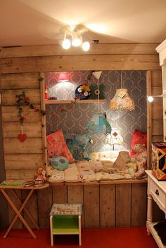 Rustic nook with wallpaper & high shelf in the nook
