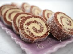 Ljuvlig chokladrulltårta som fylls med marängsmörkäm smaksatt med dulce de leche.