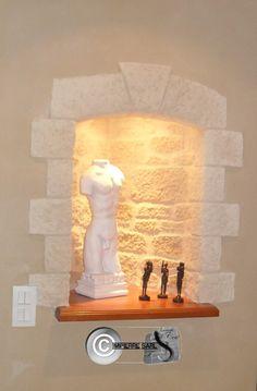 Niche intérieure décorée en enduit sculpté façon moellons.