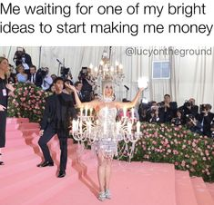 Katy Perry attends the 2019 Met Gala dressed as a beautiful chandelier. Transgender, All Jokes, Funny Memes, Hilarious, Pink Carpet, Lol, Katy Perry, Fashion Pictures, Funny Posts