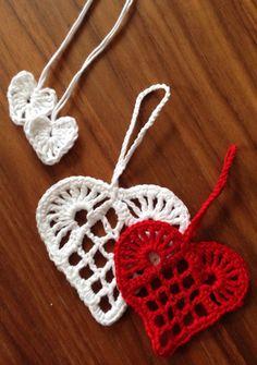 Indlægget giver inspiration til at hækle dit eget pynt til juletræet. Der henvises primært til andres opskrifter. Christmas Hearts, Crochet Christmas Ornaments, Christmas Knitting Patterns, Holiday Crochet, Crochet Gifts, Knit Crochet, Crochet Patterns, Creative Knitting, Knitted Heart