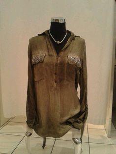 Super schöne Bluse mit nietenverzierten Brusttaschen und halber Knopfleiste in div. Farben...je 34.90€