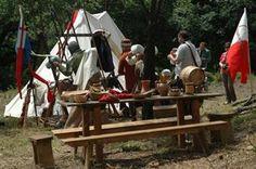 9 giugno Castello di Borgo Fornari (Ronco Scrivia) - Come si svolgeva la vita quotidiana in un villaggio medioevale, passeggiando nell'accampamento dei soldati a difesa del Castello, osservando le botteghe degli artigiani, le popolane che lavano i panni e i cavalieri che discutono attorno al fuoco… presso una Taverna sarà possibile assaporare pietanze medievali. Con musici, burattinai,  cantastorie, menestrelli,  saltimbanchi e balestrieri.