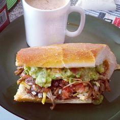 Leftovers sándwich gracias a una deliciosa comida preparada por mi vecina favorita.