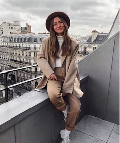 knows how to wear perfect neutrals in Joan Oversize Blazer🖤 Yves Saint Laurent, Oversized Blazer, Edgy Style, Autumn Street Style, Photoshoot Inspiration, Fall Wardrobe, Latest Fashion Trends, Beachwear, Cute Outfits