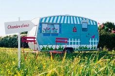Caravane customisée avec stickers et peinture en trompe l'œil : volets, fleurs et barrières