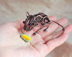 Mouse Sculpture Mini real wire wrapped mouse by AnnTitovaDesign Wire Wrapped Pendant, Wire Wrapped Jewelry, Metal Jewelry, Beaded Jewelry, Wire Jewelry Patterns, Wire Weaving, Wire Crafts, Fantasy Jewelry, Beads And Wire